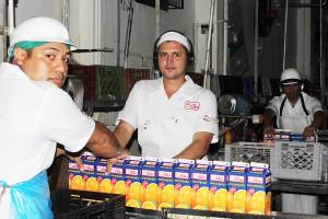 TRABAJADORES EMPACAN PRODUCTO TERMINADO DE PLASTICUBIERTO EN PLANTA CABUDARE